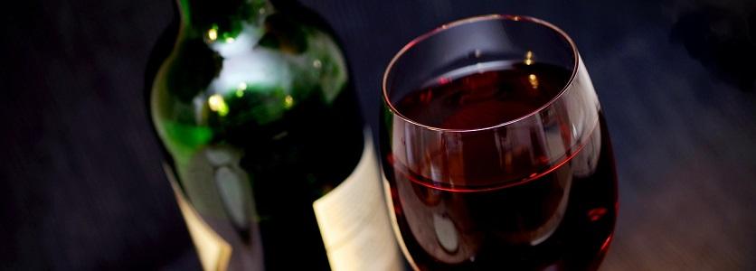 Ouverture et service d'une bouteille de vin rouge